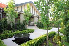 Klassischer Garten mit Rondell, Pflastersteinen, Brunnen, Heckenpflanzen