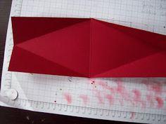 Huhu ihr Lieben,   hier die versprochene Schritt für Schritt-Anleitung.   Cardstock in der Größe 10 x 26 cm falzen bei 13 cm      Drehen u...