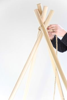 Easy step-by-step tutorial to make a no sew teepee in less than an hour!