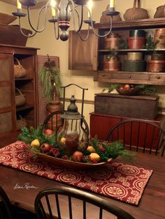 Colonial House Christmas Decoration Ideas Pin by Janet Turini On Holidays Williamsburg Christmas, Colonial Williamsburg, Christmas Spectacular, Magical Christmas, Primitive Christmas, Rustic Christmas, Primitive Dining Rooms, Primitive Decor, Colonial Home Decor