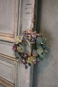 a pretty wreath of dried flowers Deco Floral, Arte Floral, Dried Flower Wreaths, Dried Flowers, Creation Deco, Jewel Tones, Door Wreaths, Hydrangea, Floral Arrangements