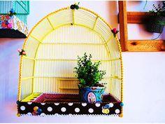 Gaiola adaptada para a liberdade, essa foi a melhor função já encontrada para uma gaiola, sem um dos lados ela serve para colocar vasos e como comedouro de pássaros livres, impermealizada é ideal para jardins e áreas externas!!!