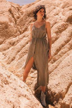 Maxi vestido en lino, con botonadura en madera frontal y corte y lazo en posterior.