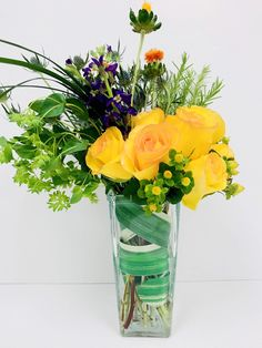 Fall Flowers Ideas Using Bold Colored Flowers Contemporary Flower Arrangements, Fall Flowers, Flower Making, Glass Vase, Chic, Rose, How To Make, Color, Home Decor