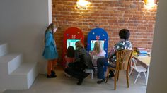 Duży kącik dla dzieci z ekranami dotykowymi w kawiarni