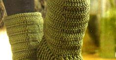 botas tejidas en crochet (2 modelos)        Dos estilos en uno, un trabajo que nos da la posibilidad de elejir  entre una bota de caña abi... Crochet Gratis, Mock Turtle, Party Looks, Leg Warmers, Buenas Ideas, Shorts, Crochet Shoes, Templates, Crochet Boots