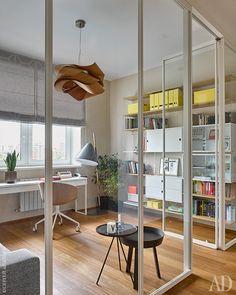 Кабинет. Белая стеклянная перегородка кабинета обеспечивает естественное освещение коридора. Столик, Hay; торшер и кресло, Bolia; стеллаж, String; подвесной светильник, LZF.