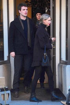 Taylor Swift & Brother Austin Go Shopping in New York City!: Photo Taylor Swift adds a pop of color to her all black outfit with her signature red lipstick while shopping around town on Thursday afternoon (January in New York… Taylor Swift Brother, Taylor Swift 2014, Taylor Swift Style, Taylor Schilling, Taylor Momsen, Swift Photo, Swift 3, Female Singers, Celebs