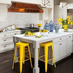 Deixe a sua casa mais moderna com alguns detalhes da decoração em amarelo.