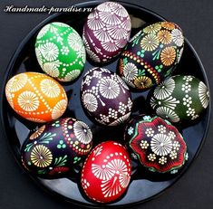 Here you'll find informations about Polish pisanki (decorated Easter eggs): Short history 8 types of Polish Easter eggs Patterns Gallery of Polish pisanki Easter Arts And Crafts, Egg Crafts, Bunny Crafts, Polish Easter, Egg Shell Art, Easter Egg Pattern, Easter Egg Designs, Ukrainian Easter Eggs, Diy Ostern