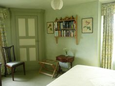 The infamous closet (with shelves) in Elizabeth Bennet's bedroom at Hunsford in Pried and Prejudice (1995)