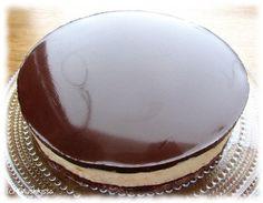Tämän kiillereseptin esittelin suklaisen sitruunajuustokakun yhteydessä ja ajattelin nostaa sen vielä esiin omana ohjeenaan rohkaistakseni kokeilemaan suklaakuorrutusta muihinkin juustokakkuihin. Idea lähti siitä, eikö juustokakullakin voisi olla suklaakuorrutetta tavallisten mehu- ja marjakiilteiden sijaan. Voimakkaan kaakaoinen pinta tuo kivasti tasapainoa makeisiin täytteisiin. Kun kuorrute jähmetetään kiilletyyliin liivatteella, on pinta tasainen ja kiiltävä - melkein näyttävämpi kuin…