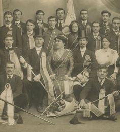 Musée du Compagnonnage de Tours La Mère des compagnons maréchaux-ferrants de Marseille en 1910