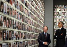 Le président américain Barack Obama et l'ancien maire de New York Michael Bloomberg se recueillent devant les photos des victimes des attentats du 11-Septembre, lors de l'inauguration du musée dédié à New York