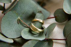 Verlobungsring und Eheringe aus Gold mit zarten Diamanten von Goldschmiedin Judith Lorenz (Skusa Schmuckgeschichten) aus München