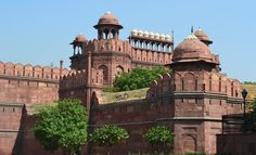 The Red Fort of Agra is founded in 1565 by the Emperor Akbar on the right bank of the Yamuna;