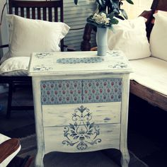 Rice paper decoupage + Chalk Paint. Shabby Chic Storage, Redo Furniture, Hand Painted Furniture, Diy Furniture Projects, Paint Furniture, Furniture Makeover, Cool Furniture, Vintage Furniture, Decoupage Furniture