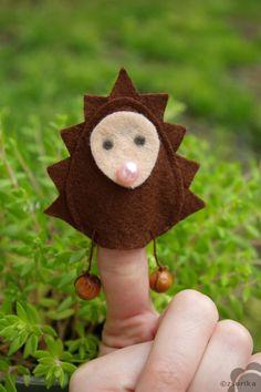 Filcből készült süni ujjbáb.