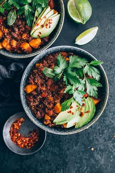 Very easy sweet potato and black bean child, with quinoa and cacao, ready in 20 mins #vegan #quinoa #chili #comfort #stew #sweetpotato | TheAwesomeGreen.com