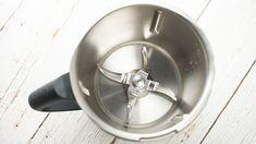 Le nettoyage du bol Thermomix peut parfois être fastidieux. Voici une astuce simple, facile et surtout efficace pour nettoyer le bol de votre robot culinaire … Kitchen Aid Mixer, Kitchen Appliances, Voici, Robot, Simple, Bowls, Cleanser, Interview, Kitchens