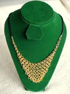 Collar de Argollas tejidas, elaborado en cobre bañado en oro, montado en cuero. Rubén Riera - Otras piezas en: www.facebook.com/...