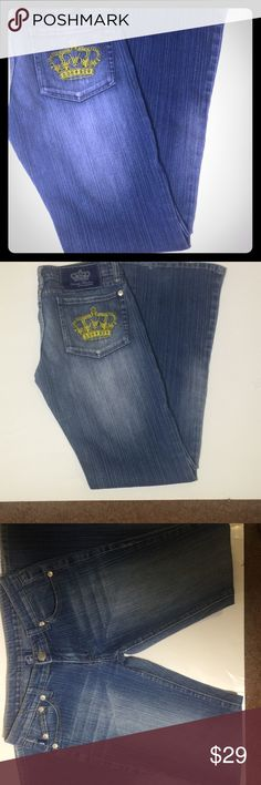 "Victoria beckam rock n republic jeans Measures lying flat 14"" across waist. So these are size 28. They are by Victoria beckam aka posh spice from spice girls and David beckams wife. They have yellowish gold embroidered crowns on back pockets. Little bit of fraying at bottoms of jeans. Rock & Republic Jeans"