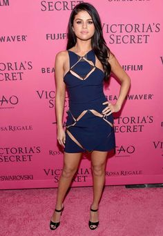 Look de Selena Gomez no red carpet do Victoria's Secret Show.