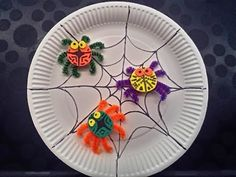 Spiders for Halloween Bug Crafts, Preschool Crafts, Youtube Halloween, October Crafts, Halloween Crafts For Kids, Veterans Day, Paper Plates, Decorative Plates, Arts And Crafts