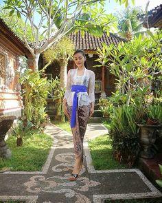 😇😇 Batik Kebaya, Batik Dress, Kebaya Bali Modern, Bali Girls, Kebaya Brokat, Model Kebaya, Batik Fashion, Human Poses, Indonesian Girls