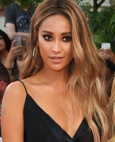 golden goddess pallet in the bronze color in the crease and use a black shadow i… - All For Hair Color Balayage Coiffure Hair, Honey Blonde Hair, Blonde Hair Brown Skin, Carmel Blonde Hair, Caramel Blonde, Blonde Wig, Ciara Blonde Hair, Carmel Brown Hair, Warm Blonde