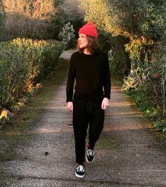Men Street style full black and red details - Vans Old Skool - carotfit pants