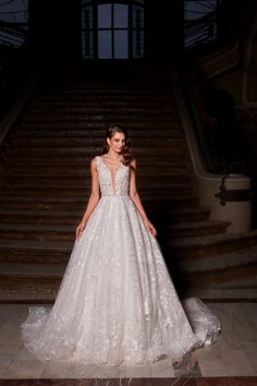 Rochie de mireasa A-line, cu trena spectaculoasa, croita din tulle si dantela macrame. Decolteul adanc in stil V avantajeaza mai multe tipuri de bust in timp ce corsetul cambrat are un efect de subtiere a taliei . Corset, Wedding Dresses, Macrame, Nostalgia, Fashion, Bride Dresses, Moda, Bustiers, Bridal Gowns