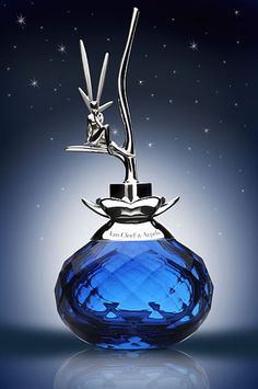 Juste pour ce bleu magnifique et la splendeur du flaconnage.
