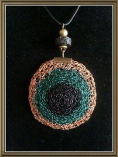 Colgante tejido en hilo de cobre