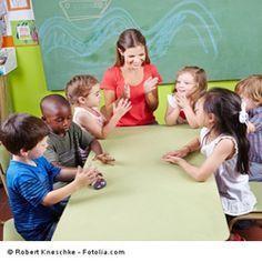 """Immer mehr Kleinkinder werden in Kitas betreut. Mit diesem Klatschspiel von der """"Sommersonne"""" bietet ihr ein abwechslungsreiches Spiel für die Kinder an."""