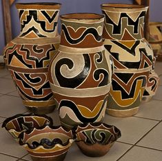 China Painting, Ceramic Painting, Ceramic Art, African Pottery, Native American Pottery, Painted Flower Pots, Painted Pots, Bottle Art, Bottle Crafts