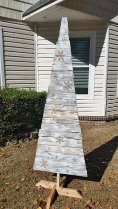 RECYCLED WOOD PALLETS:This white Christmas tree has snowflakes on it ready for you to put lights on. It is just over 7' tall. We have not stained the base because we do not know how you want it to look. We can stain just the base or the whole tree. Staining the whole tree will darken the snowflakes and make the tree more off white in color. We are selling this tree for $60, $5 more for the staining. Message us if you would like this very unique tree for your home. Item # 467