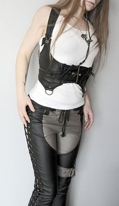 --> STRICTLY LIMITED TO A SINGLE PIECE!!! <--- Cowboy holster belt made of genuine leather. 2 pockets with zips. Corset lacing on back. Fully...