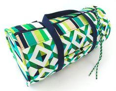 Esta bolsa de ginástica em tecido tem visual sofisticado, mas não e tão difícil de ser feita (Foto: sew4home.com)