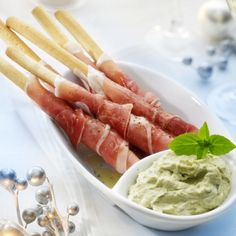 Food and Drink: Broodstengels met ham en pestodip recept - Hapjes . I Love Food, Good Food, Yummy Food, Fingers Food, Pesto Dip, Pan Pesto, Cooking Recipes, Healthy Recipes, Dishes Recipes