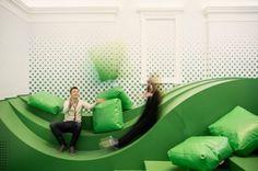 Les architectes du studio Svet Vmes sont à l'origine de cet espace de détente et de partage réalisé dans l'une des plus anciennes écoles de Slovénie, le lycée Ledina à Ljubljana.  L'idée est d'offrir aux étudiants un espace social de repos et d'échanges. Cette pièce est équipée du wifi, de sons et d'un écran géant, il sert également de lieu de conférence ou de spectacles.