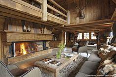 Esprit rustique dans un #chalet des Alpes : le salon mêlant le bois du chalet traditionnel et une décoration contemporaine. Et un chalet ne serait pas un chalet sans une immense cheminée !