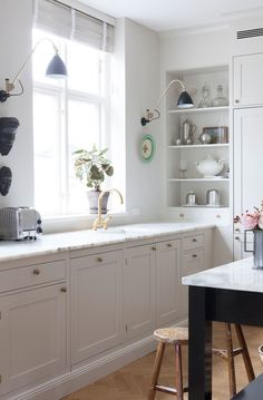 Cottage kitchen with open shelving in the corner Kitchen Shop, Kitchen Corner, Home Decor Kitchen, Home Kitchens, Cottage Kitchens, Kitchen Small, Kitchen Modern, Kitchen Hacks, Kitchen Furniture