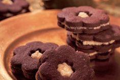 Kakaové kytičky s koňakovým krémem: kůra pomerančová 1 ksžloutek 120 gcukr moučka 180 gmáslo 220 gmouka hladká 40 gkakao holandské