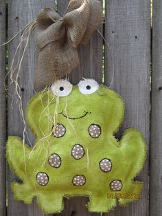 This cute burlap frog is so cute! Made of natural burlap with hand painted features in acrylic. Adorned with a burlap hand tied bow and accented Burlap Door Hangings, Burlap Art, Painting Burlap, Burlap Signs, Burlap Crafts, Burlap Wreath, Burlap Ornaments, Frog Crafts, Cute Crafts