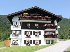 Alpine Ferienappartements in traumhafter Lage mit Hotelservice oder auch zur Selbstverpflegung! Der Brunnenhof in Oberstdorf-Tiefenbach ist eine Oase in den Allgäuer Bergen. 28 Appartements in unterschiedlichen Stilen, Größen und Preisklassen stehen zur Verfügung. Jede Wohnung ist mit viel Liebe gestaltet. Für Gäste, die sich in alpenländischer Familien-Atmosphäre erholen möchten.