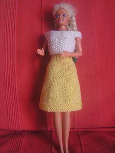 Si vous voulez voir les autres vêtements déjà réalisés, au dessus de mon article, cliquez sur catégorie puis sur vêtement pour poupée Barbie et vous retrouverez tous les articles de cette catégorie Top blanc point de riz voir les explication ici la jupe...
