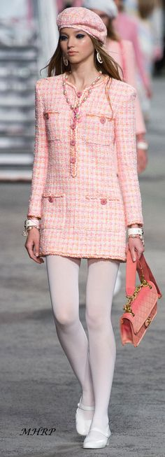 Chanel Resort 2019 Fashion Show Collection: See the complete Chanel Resort 2019 collection. Look 38 Chanel Resort 2019 Fashion Show Collection: See the complete Chanel Resort 2019 collection. Look 38 Chanel Resort, Chanel Cruise, Chanel Couture, Couture Fashion, Runway Fashion, Fashion Trends, Chanel Runway, Paris Fashion, Cruise Fashion