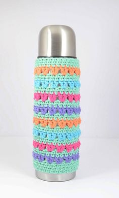 TERMO HANDMADE BANDERIN Baby Favors, Bottle Cover, Macrame, Shabby Chic, Crochet Patterns, Lily, Diy Crafts, Knitting, Projects