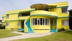 Art Deco curves and bold colour - doesn't get much better for me. Deco house on street in Belmont Heights, Long Beach, California. Art Et Architecture, Amazing Architecture, Architecture Details, Pavilion Architecture, Organic Architecture, Bauhaus, Art Nouveau, Long Beach, Deco House